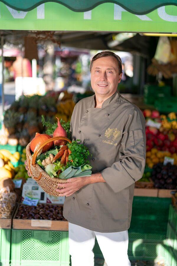 Glückskoch André Eschenbach mit frischem Gemüse